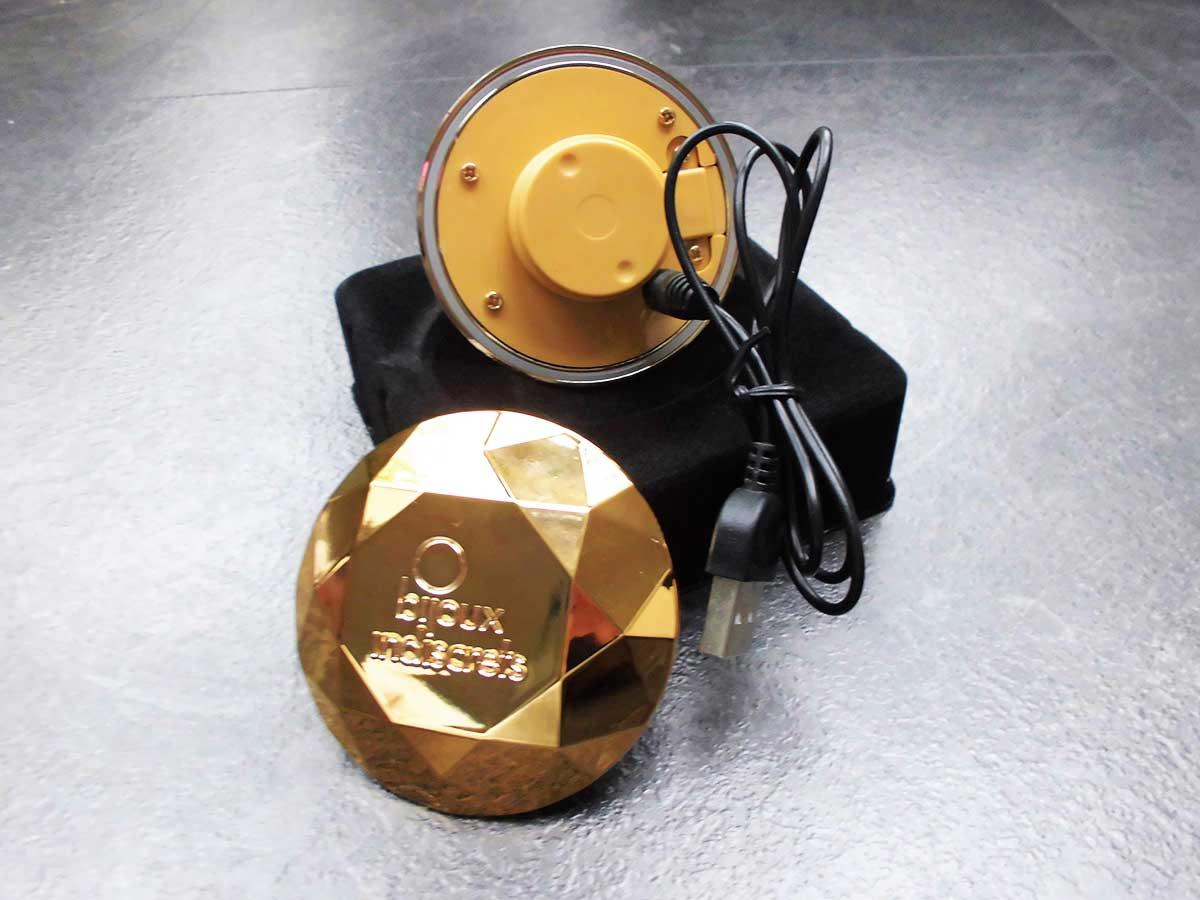 Die Aufladung des Akkus erfolgt per USB-Ladekabel