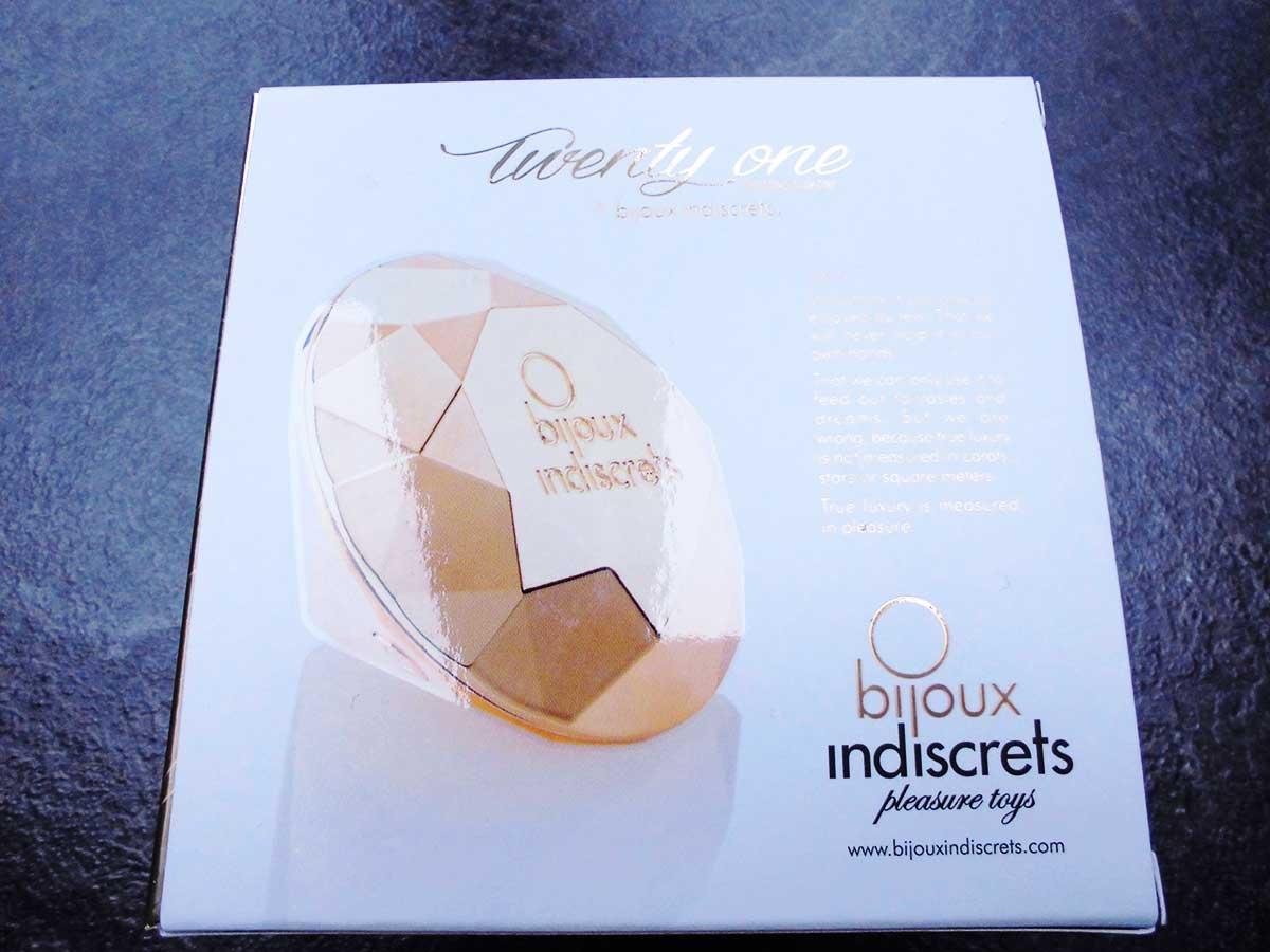 Die weiße Rückseite der Verpackung des Die Verpackung des Bijoux Indiscrets Twenty One Vibrating Diamond