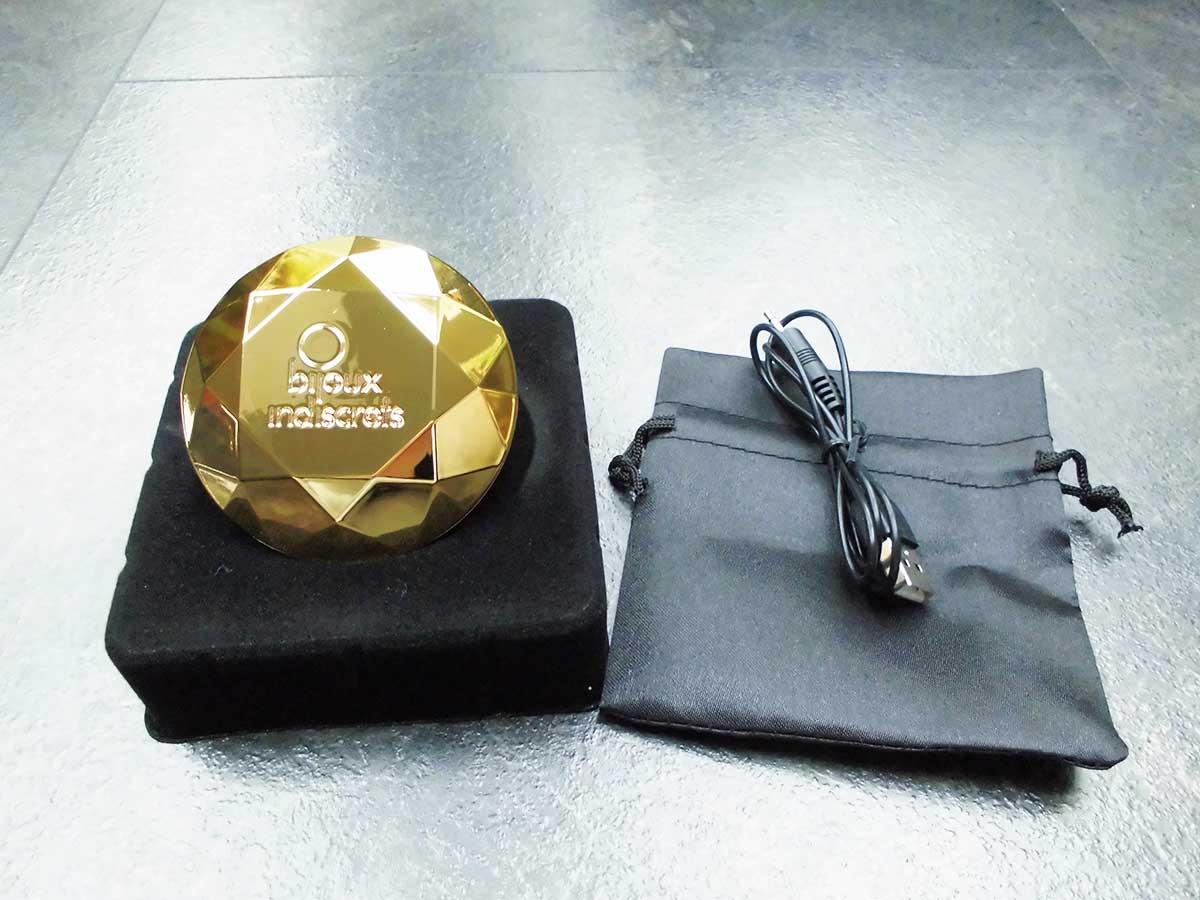 Der Bijoux Indiscrets Twenty One Vibrating Diamond inkl. USB-Ladekabel und Satin-Aufbewahrungsbeutel