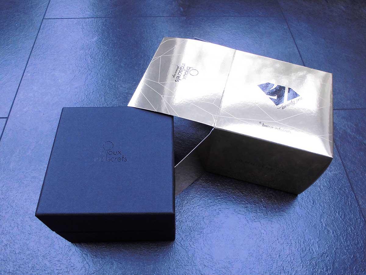 Die goldene Verpackung enthält eine schwarze Schatulle mit deinem Diamanten