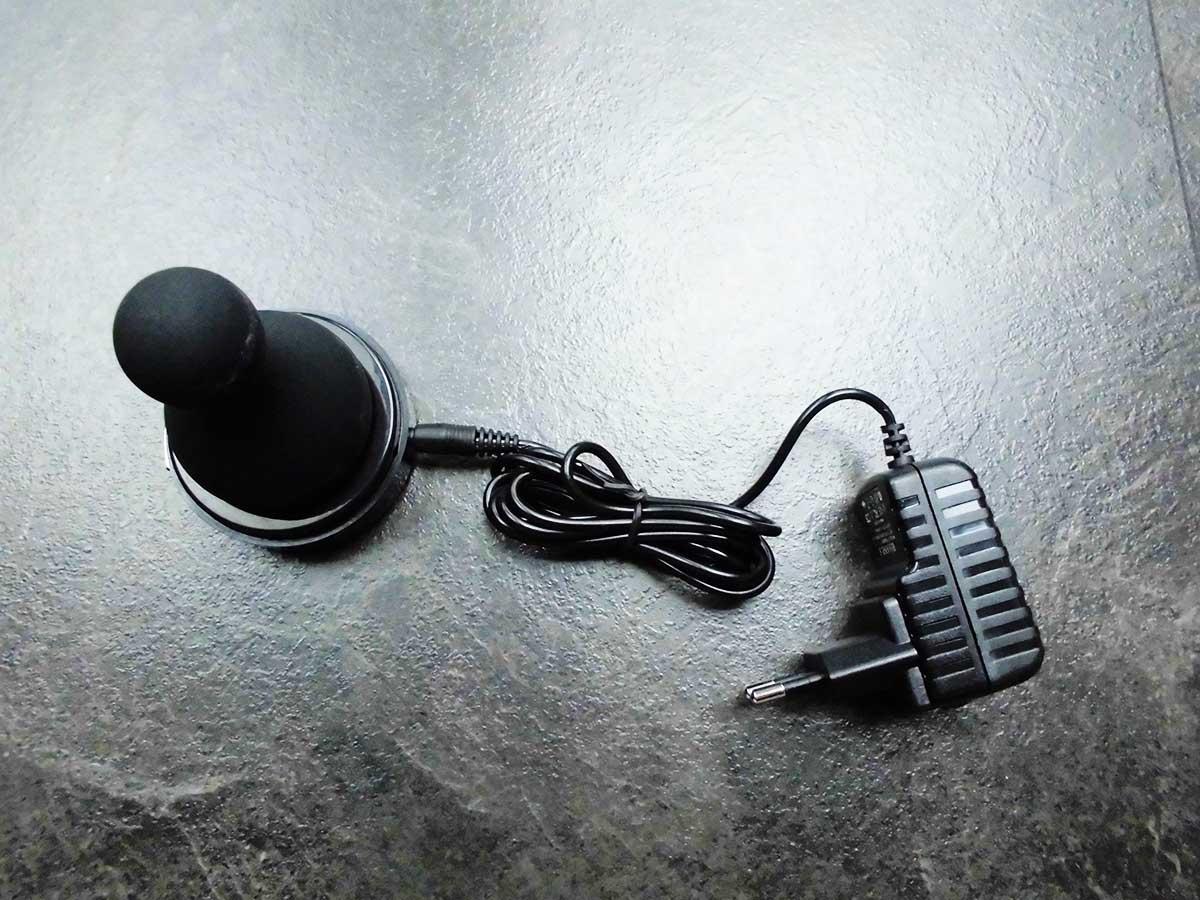 Der Rianne S Matryoshka lässt sich mittels Kabel und Stromadapter aufladen