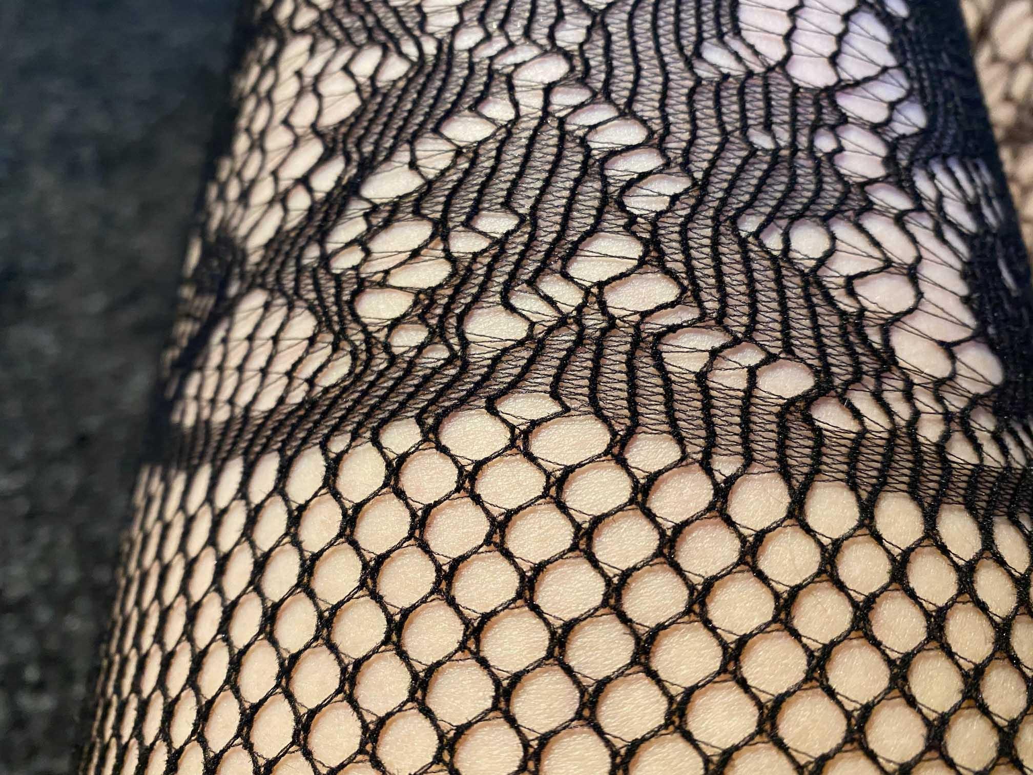 Beindetail der Fifty Shades of Grey Captivate Spanking-Bodystocking aus Spitze