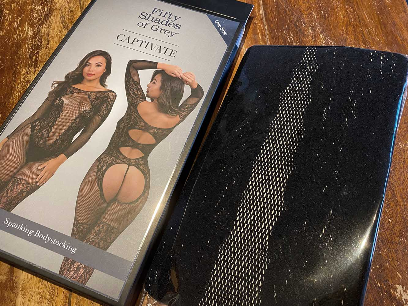 Inhalt der Fifty Shades of Grey Captivate Spanking-Bodystocking aus Spitze