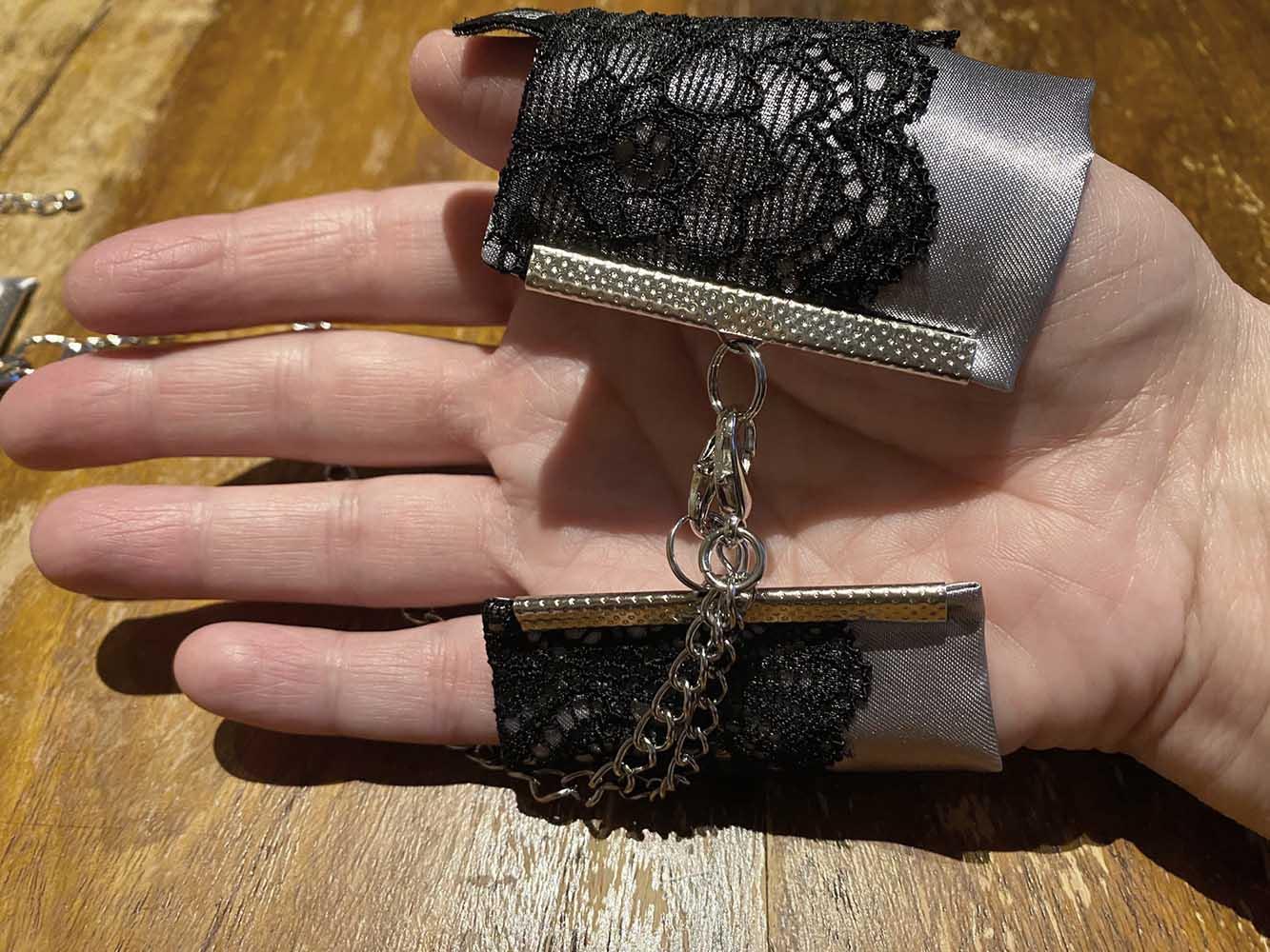 Die Fifty Shades of Grey Play Nice Handfesseln kannst du hier um die Hand gelegt ansehen.